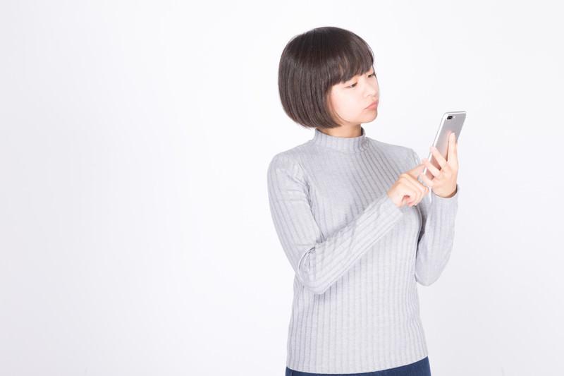 スマートフォンを使用する女性
